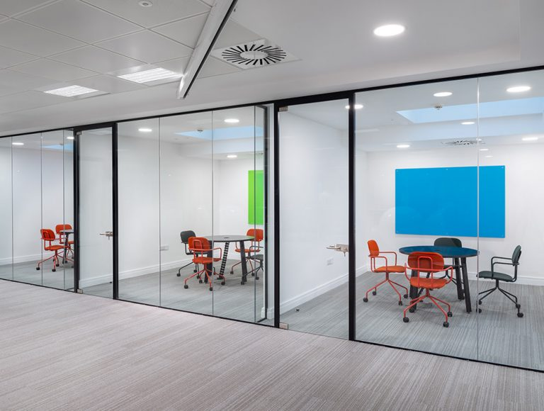 Social Talent Meeting Rooms Layout New School Castor Wheel Chairs with Black Round Meeting Table and Glass Mangentic Boards